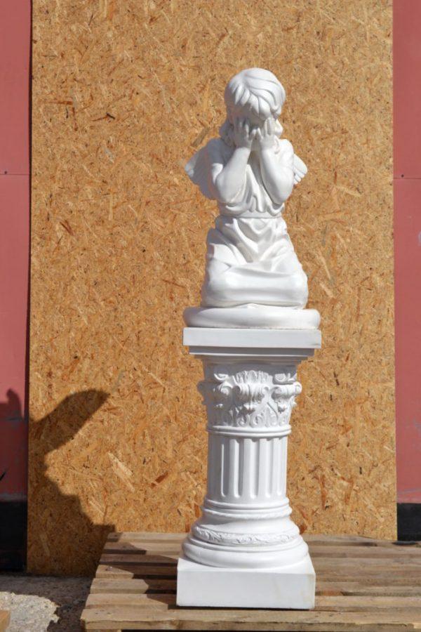 ангел плачущий на колонне