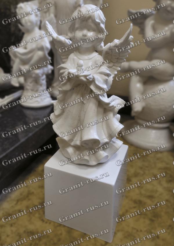 Скульптурное изделие в виде ангела со свечкой